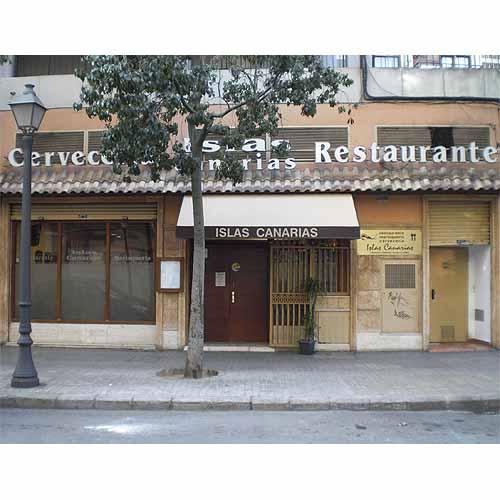 Poco sugerente, cierto, la fachada del Islas Canarias (foto: restauranteislascanarias.com)