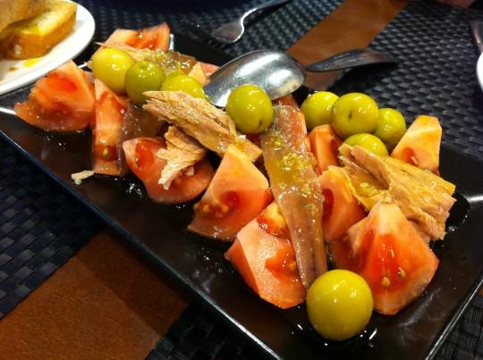 Tomate valenciano con bonito, anchoas y olivas, en Islas Canarias (foto: Cuchillo)