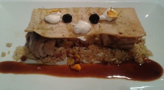 Paletilla de lechazo, con tabulet, ajo negro y queso, en Cocinandos (foto: Susana)