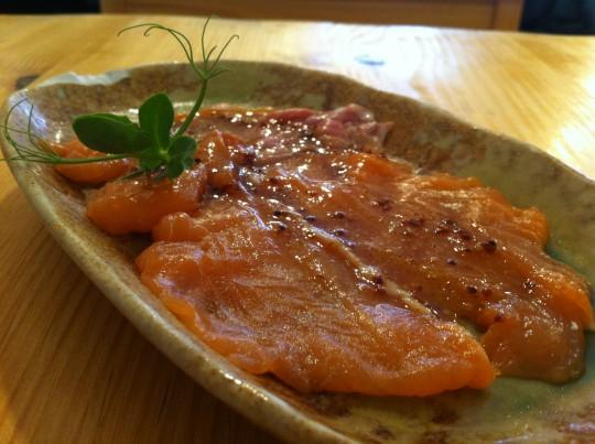 Sashimi de salmón marinado con vinagreta de soja y mostaza en grano, en Kokken (foto: Cuchillo)