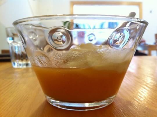 Sopa de piña y papaya con espuma de crema catalana, en Kokken (foto: Cuchillo)