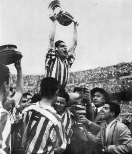 Gainza levanta la copa de 1958, en el Bernabeu.