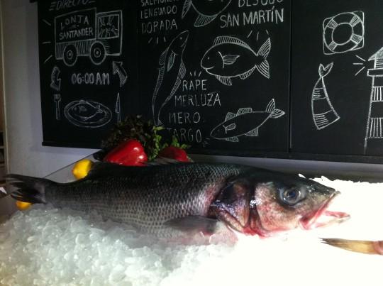 """Estupenda lubina expuesta en """"la pescadería"""" de El Machi (foto: Cuchillo)"""