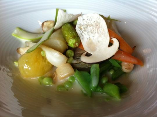 Verduras de temporada salteadas, aliñadas con jugo de Idiazabal, en Ni Neu (foto: Cuchillo)