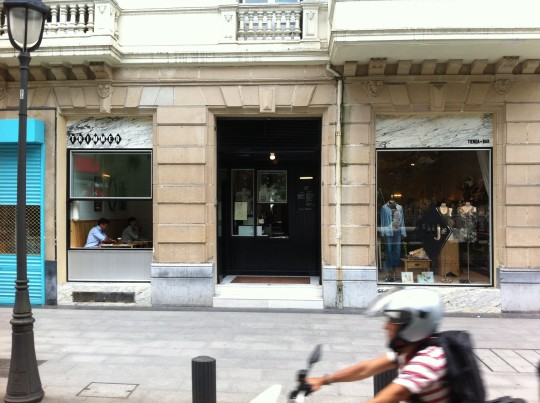 Fachada de Trimmer, tienda de ropa y bar (foto:  Cuchillo)