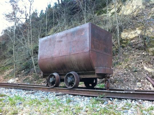 Una vagoneta recuerda el carácter minero de la vía verde de Arrazola (foto: Cuchillo)