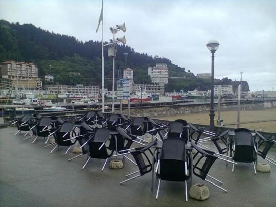 La terraza del Moby Dick a la espera de que mejore el tiempo (foto: O.C.E.)