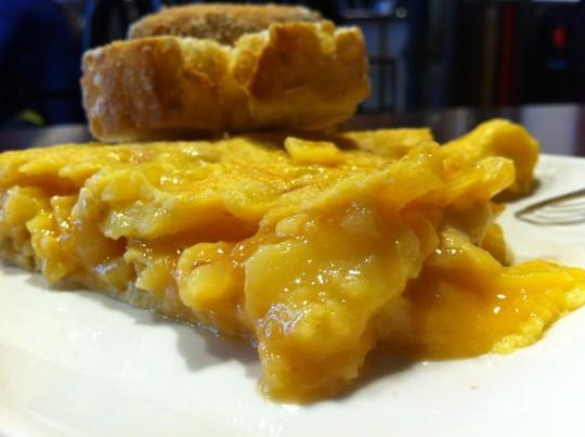 La tortilla de patata de La Roca, bien gustosa y jugosa (foto: Cuchillo)