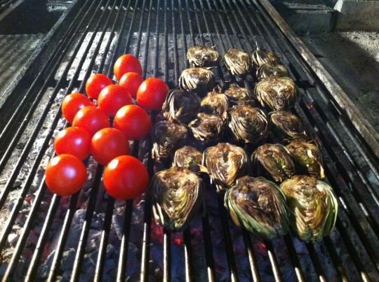 Tomates y alcachofas, en formación, en la parrilla de All i Oli (foto: Cuchillo)