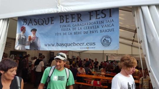 Acceso a la carpa instalada en el Boulevard donostiarra, donde se celebró el Basque Beer Fest (foto: FB de Býra)