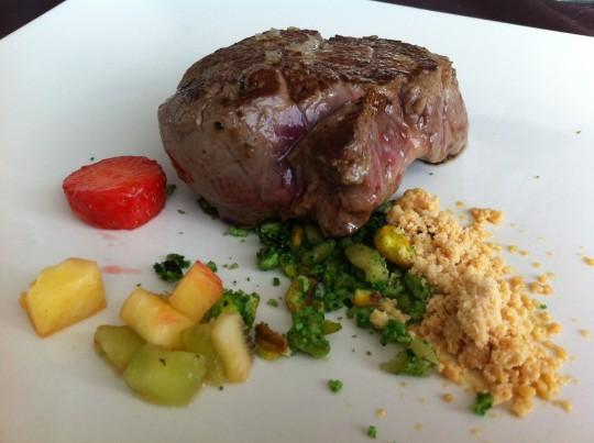 Solomillo a la plancha con tierra de foie, pan de oliva y frutos secos (foto: Cuchillo)