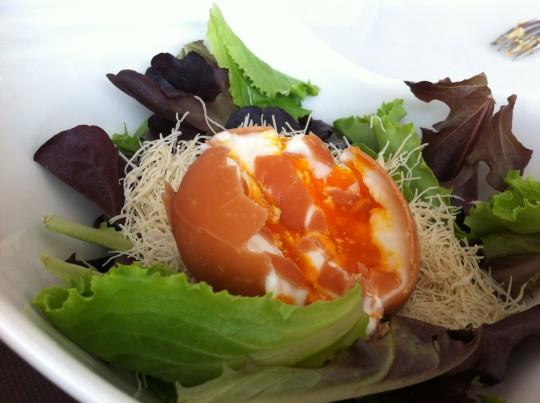 Ensalada sin huevo, en restaurante Los Brezos (foto: Cuchillo)