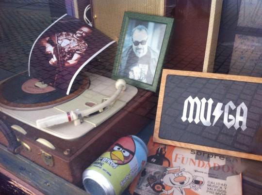 Detalle del escaparate del Muga, con Juankar Muga y Álex de la Iglesia (foto: Cuchillo)