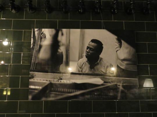 Miles Davis, durante la grabación del mítico 'Kind of blue', en la pared del Singular (foto: Cuchillo)