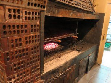 En esta parrilla asan las chuletas en Casa Nicolás (foto: Cuchillo)