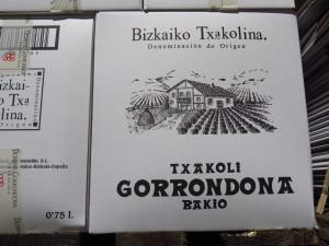 Cajas de txakoli Gorrondona, base de Apurdune (foto: Cuchillo)