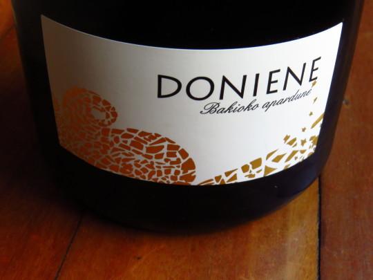 La sencilla etiqueta de Doniene Apurdune, el espumoso de Doniene Gorronona (foto: Cuchillo)