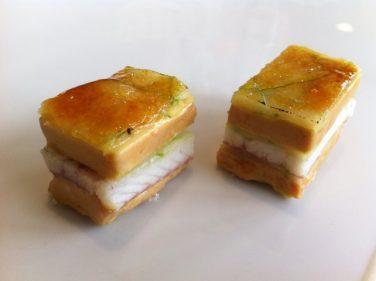 Milhojas caramelizado de anguila ahumada, foie gras, cebolleta y manzana verde (foto: Cuchillo)