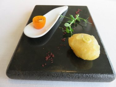 Crujiente de mar en tempura y kumquat, aperitivos en Martín Berasategui (foto: Cuchillo)