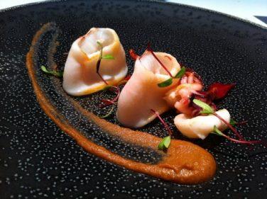 Calamar sobre mole negro de sus asaduras, en El Portal del Echaurren (foto: Cuchillo)