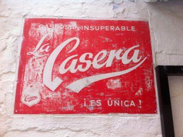 Si no hay, nos vamos. Cartelería de la buena, en la fachada del Figón de Rosa (foto: Cuchillo)