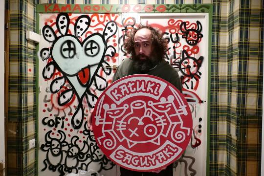 Mikel Urmeneta posa con el logotipo de Katuki Saguyaki.