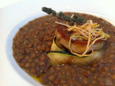 Lentejas con foie y hongos, plato de cuchara en Club Náutico (foto: Cuchillo)
