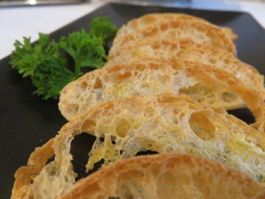 Pan de cristal, para acompañar las anchoas en Club Náutico (foto: Cuchillo)