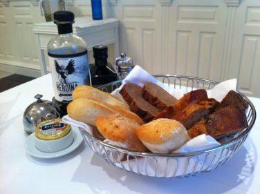 Degustación de panes y aceites, bienvenida en restaurante Club Náutico (foto: Cuchillo)
