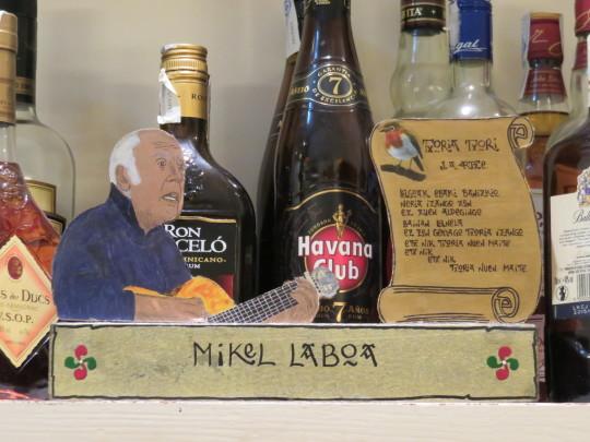 Mikel Laboa, cliente habitual en vida, aún canta entre las botellas de Ormazabal Etxea (foto: Cuchillo)