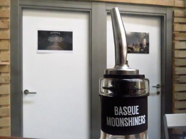 Detalle del cuello de la botella de Basmoon Vodka (foto: Cuchillo)
