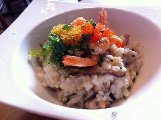 Risotto de shiitakes, y gambas con alga tosaka, sake y huevas, en Peso Neto (foto: Cuchillo)