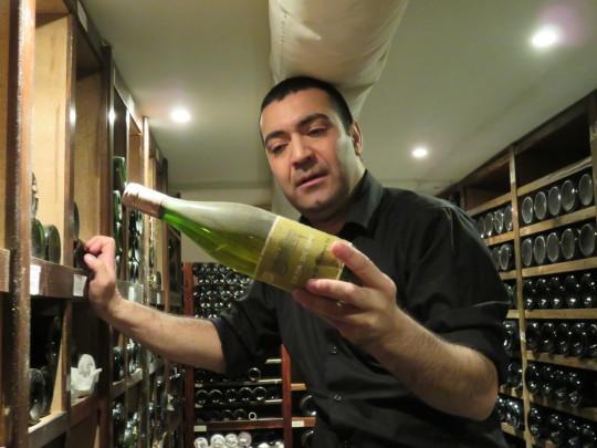 Martín Flea examina una botella de Cepa de Oro en la bodega de Rekondo (foto: Cuchillo)