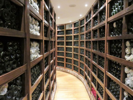 Curioso el trazado curvo del museo del vino de Rioja de Rekondo (foto: Cuchillo)