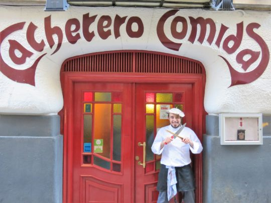 José Luis Vicente Gómez, aka Txebiko, posa en la fachada modernista de Cachetero Comidas (foto: Cuchillo)