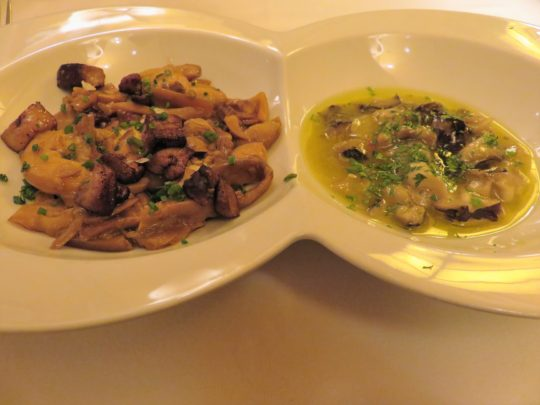 Amanitas y tricholomas en su pilpil, en restaurante Cachetero (foto: Cuchillo)