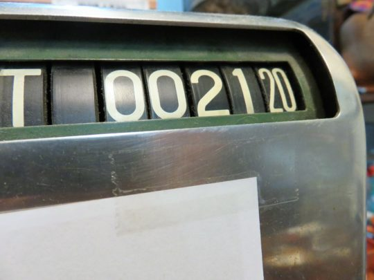 Elegante, la caja registradora de La Recova malagueña (foto: Igor Cubillo)