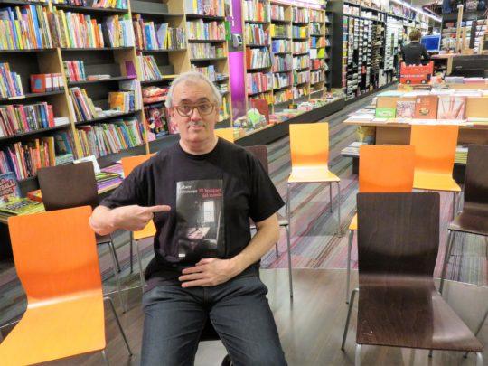Xabier Gutiérrez gesticula antes de presentar su último libro en Bilbao (foto: Cuchillo)