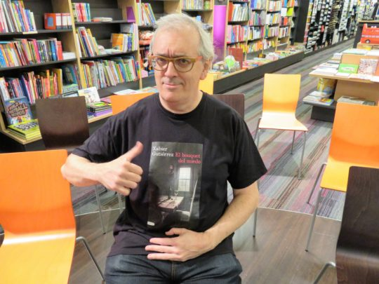 Xabier Gutiérrez asiente antes de presentar su último libro en Bilbao (foto: Cuchillo)