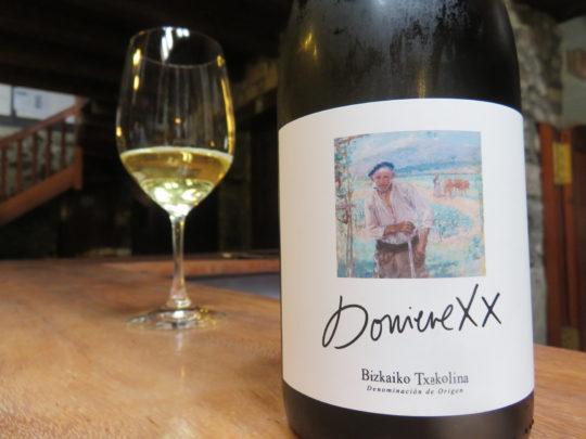 Una copa de txakoli Doniene XX, servida en el bar de la propia bodega (foto: Cuchillo)