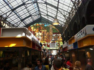 Una gran vidriera preside la nave central del Mercado Atarazanas (foto: Cuchillo)