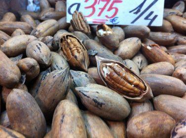 Nueces alargadas, bien curiosas, en el Mercado Central de Málaga (foto: Cuchillo)