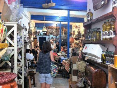 Interior de La Recova, bar y tienda de artesanía y antigüedades (foto: Cuchillo)