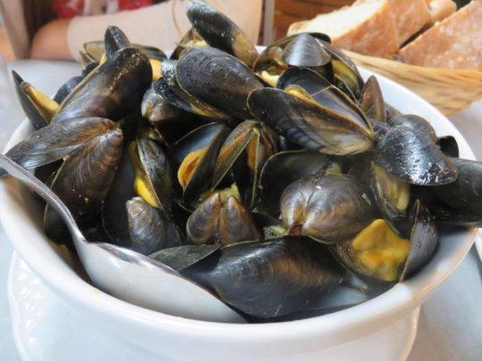 Moules (aka mejillones) listos para ser degustados en Arraun Etxea (foto: Cuchillo)