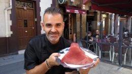 Joseba Irusta frente al Gure Etxea (foto: Cuchillo)
