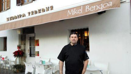 El cocinero Mikel Bengoa frente a su Herriko Taberna (foto: Cuchillo)