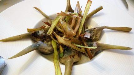 Alcachofas, crema de ajo blanqueado y puerro frito, por Mikel Bengoa (foto: Cuchillo)
