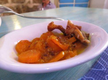 Zanahoria y piel de escarpa confitada a la naranja (foto: Cuchillo)