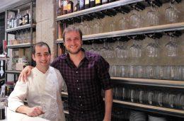Borja y su camarero, en Matalauva (foto: Cuchillo)