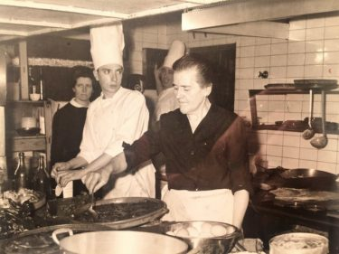 Isabel, madre de Jenario Pildain, cocinando en el Guria.